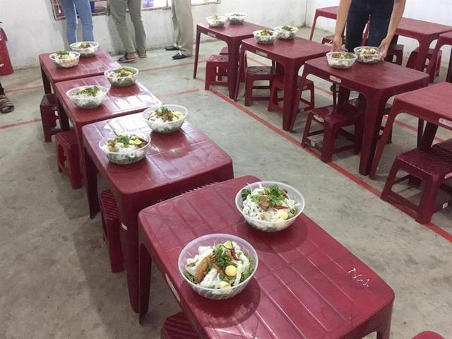 Đại diện chính quyền địa phương và CĐ các KCN & chế xuất Đà Nẵng đã có mặt để giải quyết bức xúc cho CN. Ảnh: ML