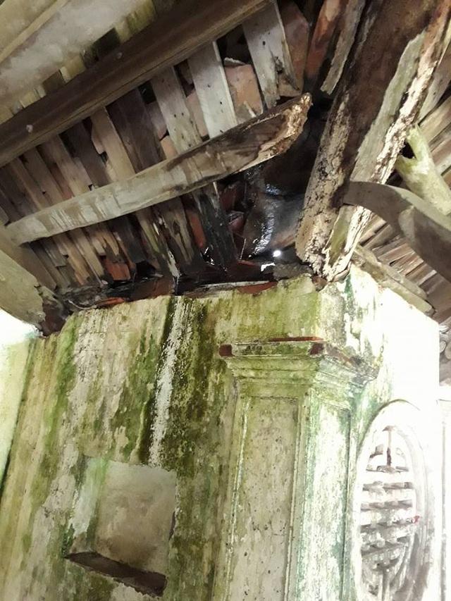 Nóc, mái, tường, cột, kèo... đã bị hư hỏng rất nặng.