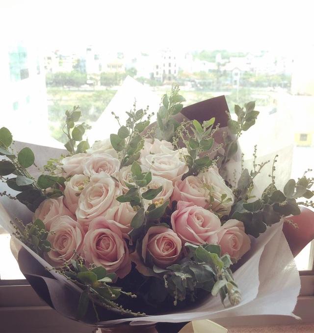 Trên trang cá nhân, Đinh Hương viết: Tớ không muốn phản bội hội F.A nhà mình đâu cơ mà tớ lỡ nhận hoa mất tiêu rồiiii... Chắc ai đó thương tớ mấy hôm nay Đợi anh đợi đến hoa cũng tàn nên sáng nay bí mật trao yêu thương cho tớ nè... Nè anh gì ơi, em nhận hoa rồi. Mình yêu nhau luôn đi anh nhé... À quên thiếu chocola nữa anh ơiii.