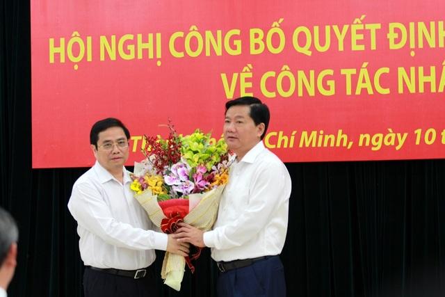 Uỷ viên Bộ Chính trị, Trưởng Ban Tổ chức Trung ương Đảng Phạm Minh Chính đọc quyết định phân công nhiệm vụ mới và tặng hoa ông Đinh La Thăng