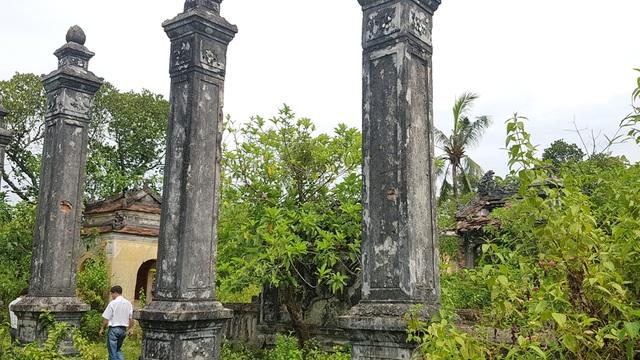 Đình làng Lịch Đợi nằm trên khu đồi ở làng Lịch Đợi với những cụm công trình kiến trúc bề thế, công phu