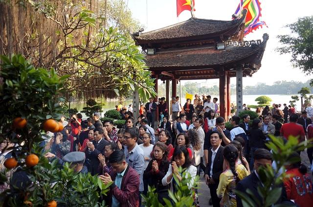 Mướt mồ hôi chen chân lễ đền Ngọc Sơn đầu năm mới - Ảnh 7.