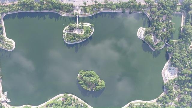 Hồ nằm hơi lệch về phía nam của trung tâm Hà Nội, thuộc phạm vi quận Hai Bà Trưng. Nước hồ trong xanh tạo nên dấu ấn độc đáo cho khu vực.