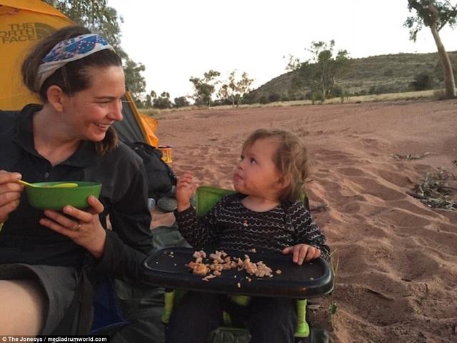 Ngưỡng mộ hành trình đi bộ chinh phục cả nghìn km của cô bé 1 tuổi - 10