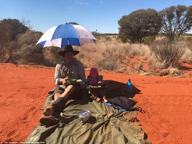 Hành trình của gia đình vượt qua những sa mạc dọc theo nước Úc