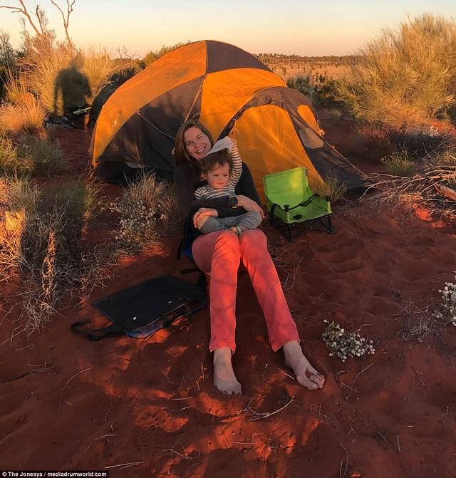 Cả gia đình dựng lều nghỉ ngơi ngoài trời