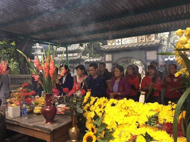 Đền thờ Thánh mẫu Liễu Hạnh thu hút được rất đông du khách thập phương đến dâng hương, vãn cảnh