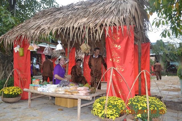 Phiên chợ Tết quê do Trung tâm du lịch Phong Nha - Kẻ Bàng tổ chức thu hút du khách trong những ngày đầu năm mới