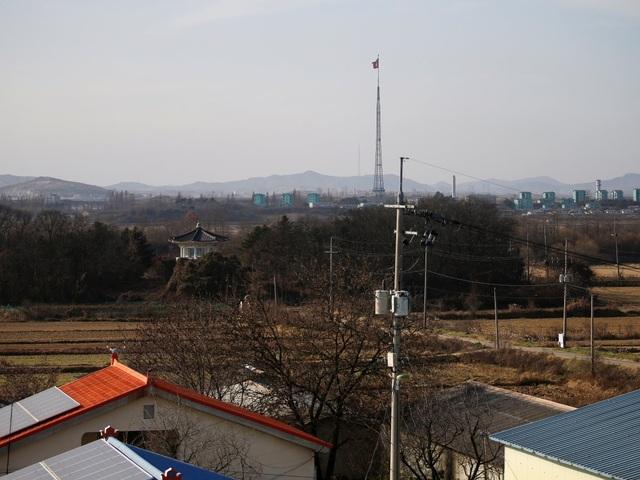 Trừ khi có binh lính hộ tống, học sinh bị cấm đi ra ngoài trường học về hướng Bắc, đồng thời có hàng rào bằng gạch nhằm chống lại đạn lạc. Nơi đây chỉ cách khu vực đóng quân của Triều Tiên khoảng 160km. Hiện tại ở khu vực này được các binh sĩ Mỹ đồn trú và lực lượng vũ trang Hàn Quốc bảo vệ.