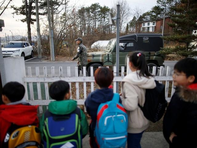 Đồng thời, Sở chỉ huy của Liên Hiệp Quốc do Mỹ đứng đầu tại Hàn Quốc bắt đầu đưa binh lính đến trường để dạy tiếng Anh hai lần một tuần.