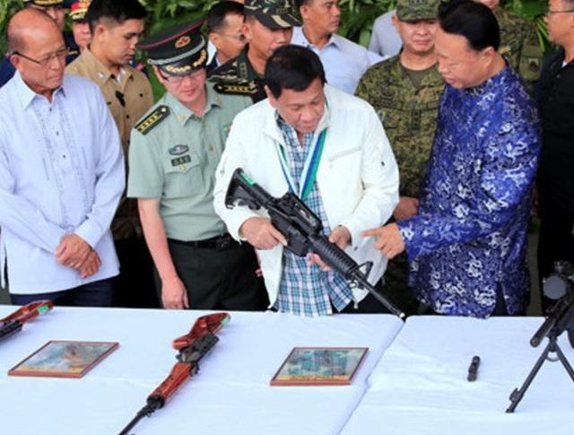 Để đáp lại sự thịnh tình từ phía tổng thống Philippines, cuối tháng 6-2017, Trung Quốc đã tặng hàng nghìn khẩu súng cho Philippines nhằm giúp nước này trong cuộc chiến chống nhóm phiến quân Maute thân tổ chức Nhà nước Hồi giáo (IS) tự xưng.