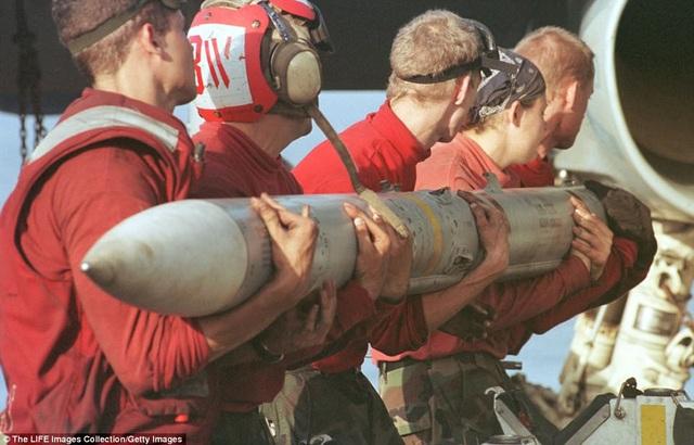 Những người mặc màu đỏ phụ trách di chuyển, lắp ráp, hệ thống vũ khí máy bay. Theo Foxtrot Alpha, những người này đôi khi có thể phải vác những khí tài nặng hơn 200 kg trên vai để phục vụ hoạt động của các máy bay hiệu quả nhất có thể.