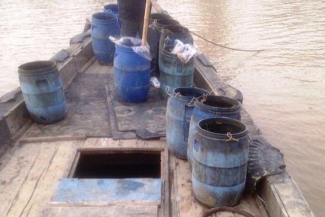 Người dân bắt được đối tượng có hành vi đổ chất thải trên biển