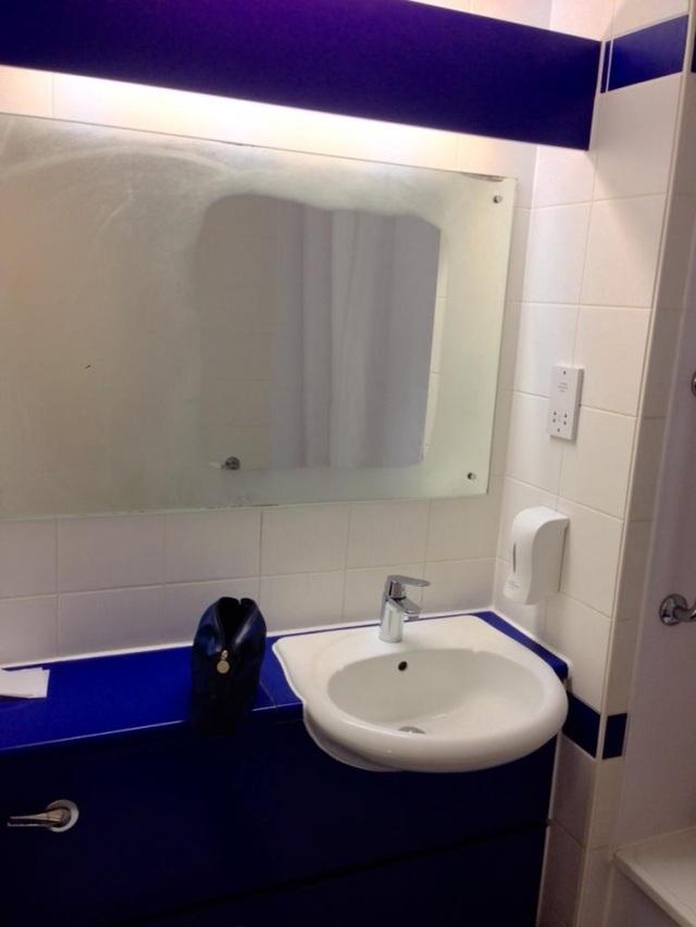 Được thiết kế với một hệ thống sưởi nằm ẩn ở mặt trong, chiếc gương phòng tắm này sẽ không bao giờ bị mờ dù là vào những ngày ẩm ướt nhất.