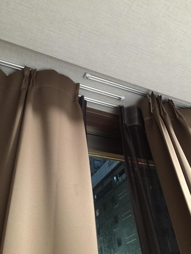 Mẫu rèm cửa thông minh với hai đường trượt đan xen vào nhau, giúp khắc phục nhược điểm về khe hở sáng ở vùng tiếp giáp giữa hai mảnh rèm ở các thiết kế rèm cửa truyền thống.