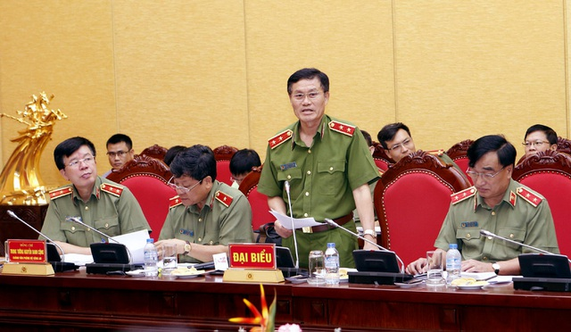 Trung tướng Đỗ Kim Tuyến trả lời các câu hỏi của phóng viên