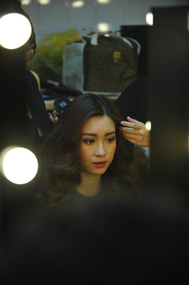 Mỹ Linh thích thú tự ngắm nhìn mình trong gương.