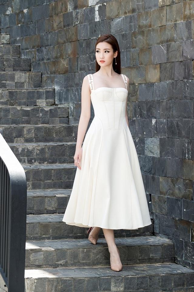 """Hoa hậu Mỹ Linh """"lột xác"""" gợi cảm đi chấm thi The Face - 4"""