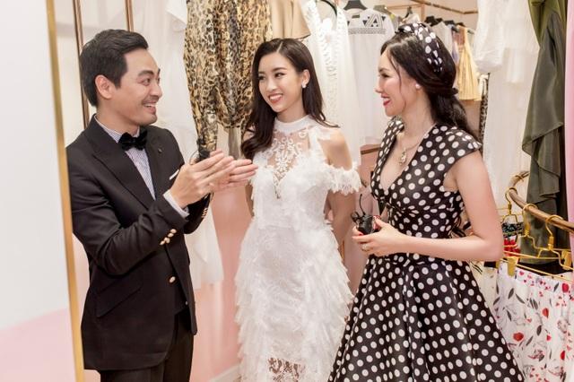 Hoa hậu Đỗ Mỹ Linh thân thiết trò chuyện cùng MC Phan Anh và hoa hậu Kim Nguyên trong sự kiện.