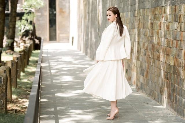 """Hoa hậu Mỹ Linh """"lột xác"""" gợi cảm đi chấm thi The Face - 12"""
