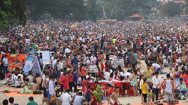 Tại Đồ Sơn, cảnh tượng đông đúc cũng không kém phần. Trong khu vực bãi tắm số 2, mọi người chen chúc nhau từ trên đường xuống tận bãi biển. Ảnh: Vietnamnet