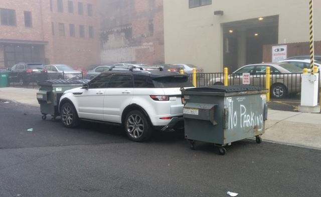 Dùng thùng rác để đáp trả lại những người đỗ xe không có ý thức, quả thật rất hợp tình hợp lý.