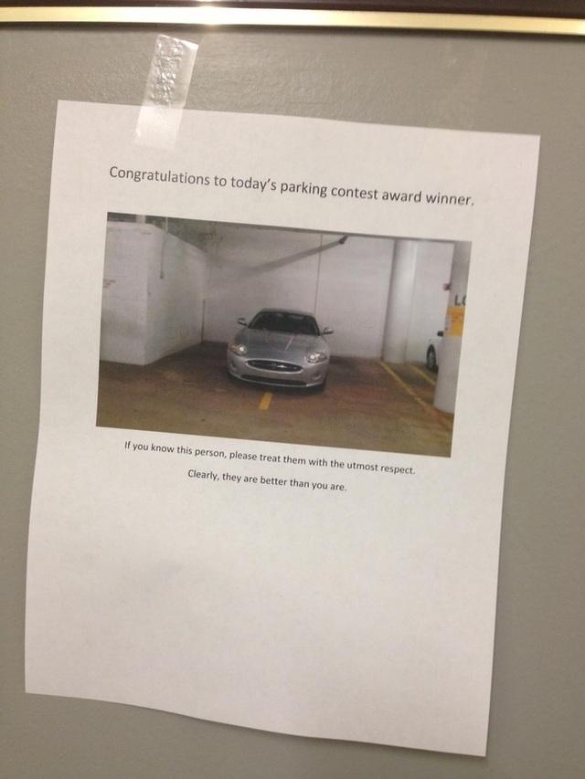 """Người quản lý gara này có một cách rất thông minh để chấn chỉnh ý thức của những tài xế. Mỗi ngày, một bức hình của chiếc xe đậu ẩu sẽ được dán khắp gara kèm lời chú thích: """"Xin chúc mừng người chiến thắng của cuộc thi đỗ xe ngày hôm nay. Nếu mọi người biết được chủ nhân của chiếc xe này, hãy thể hiện sự kính trọng với họ!"""""""