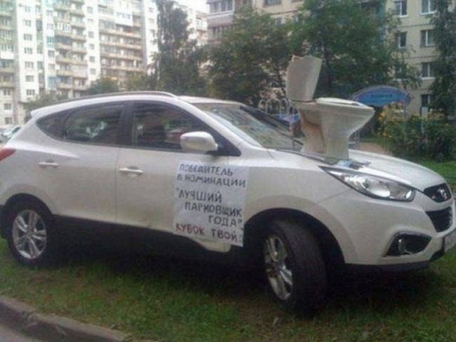 Không chỉ có lời nhắn cảnh cáo, chiếc xe đỗ ẩu này còn được khuyến mãi thêm một chiếc bồn cầu cho chủ nhân ý thức tồi của nó.