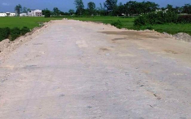 Đoạn đường đang thi công qua xã Quang Lộc, đơn vị thi công không bóc lớp đất phong hóa phía dưới mà đổ trực tiếp đất làm nền lên
