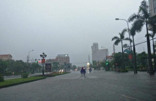 Đường Đông A cũng bị ngập nước, đoạn gần Big C Nam Định ngập sâu (ảnh chụp chiều 18/7).