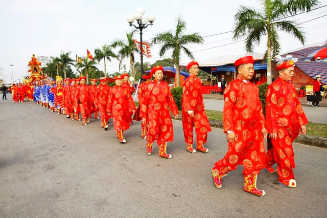 """Cùng với nghi lễ Rước kiệu Ngọc Lộ và lễ Khai ấn, nghi lễ """"rước nước, tế cá"""" là một trong 3 nghi lễ chính của lễ hội Khai ấn đền Trần"""