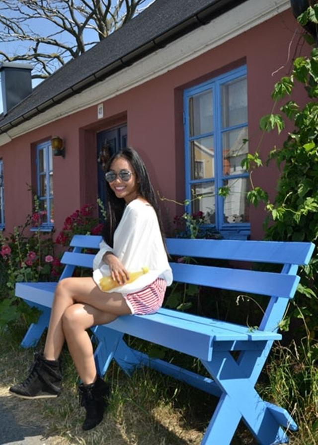 Ngôi nhà có rất nhiều ghế băng ngoài trời để thư thái nghỉ ngơi, đọc sách, tận hưởng khí trời.