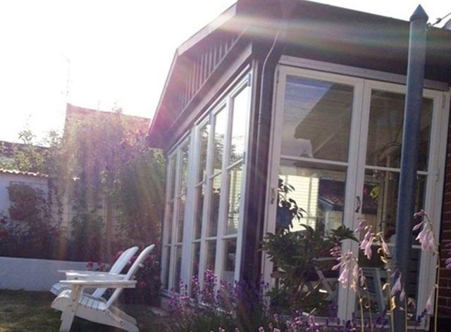 Căn nhà cực lãng mạn khi có view nhìn ra biển tại Thụy Điển và các loại hoa được trồng khắp nơi.