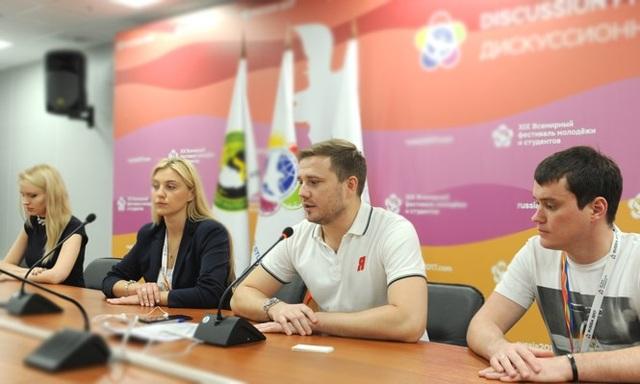 Chủ tịch Đội Cận vệ trẻ Nước Nga Thống nhất (ngồi giữa) bày tỏ quan tâm tới hoạt động tình nguyện của Việt Nam