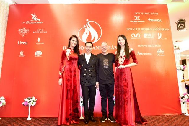 Bên cạnh chương trình đấu giá từ thiện, chương trình cũng có phần chia sẻ bí quyết thành công của NTK Đỗ Trịnh Hoài Nam và diễn giả Nguyễn Vĩnh Cường.