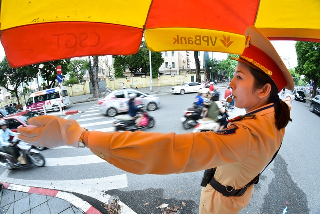 """Công việc """"dầm mưa, dãi nắng"""" của nữ CSGT Hà Nội - 5"""