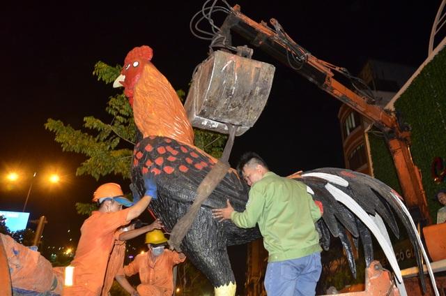 Biểu tượng con gà trống cao hơn 3 mét của nhà hàng bị thu giữ