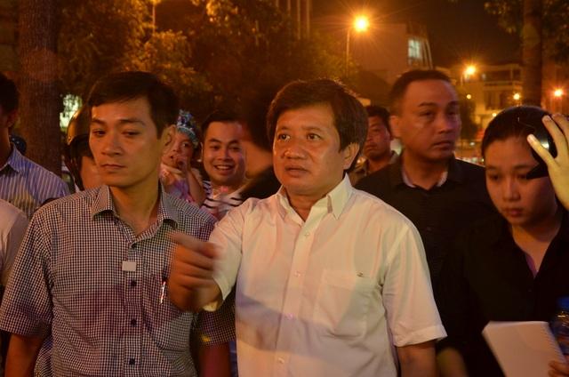 Ông Đoàn Ngọc Hải, Phó Chủ tịch UBND quận 1 chỉ huy lực lượng ra quân lập lại trật tự đô thị trong đêm cuối tuần