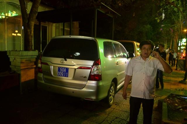 2 chiếc ô tô biển số xanh đậu trái phép trên vỉa hè trước quán Ngon bị ông Hải chỉ đạo xử lý