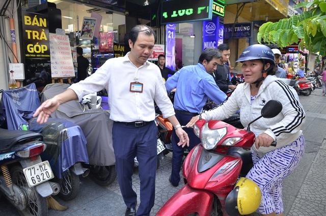 Ông Khanh trực tiếp nhắc nhở người dân đi xe máy trên vỉa hè.
