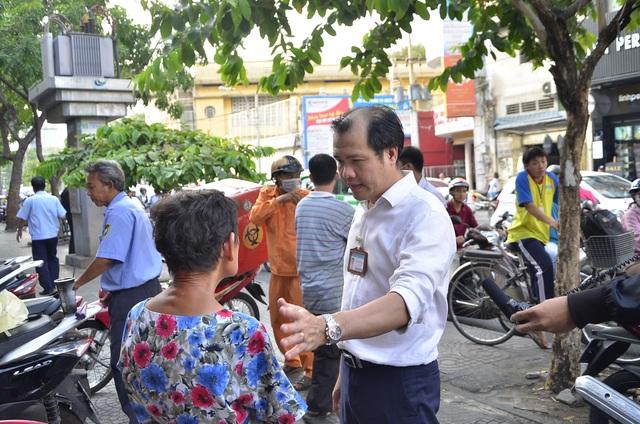 Ông Võ Nguyên Khanh – Chủ tịch UBND phường Bến Thành đến từng nhà dân để vận động người dân chấp hành chủ trương trả lại vỉa hè cho người đi bộ. Phần lớn người dân đều vui vẻ chấp hành.