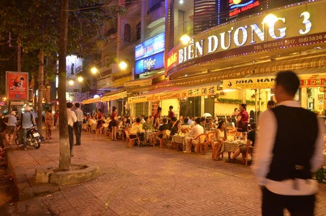 Nhà hàng Biển Dương 3 bố trí cho khách ngồi nhậu tràn ra vỉa hè