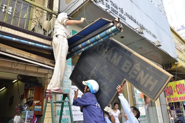 Lực lượng chức năng quận 10 tháo dỡ bảng hiệu lấn chiếm vỉa hè trên đường Lý Thái Tổ