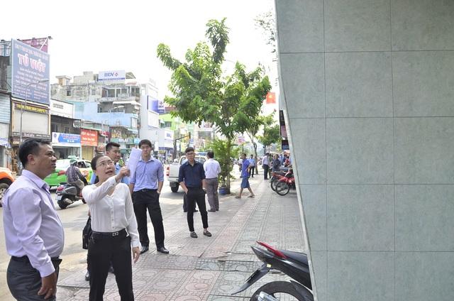 Phát hiện bức tường trên đường Lý Thái Tổ lấn ra vỉa hè, bà Nguyễn Thị Thu Nga - PCT quận 10 - yêu cầu lập biên bản và cho hộ dân tự tháo dỡ, nếu không chấp hành sẽ bị cưỡng chế.