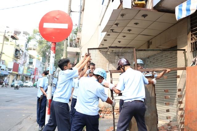Lực lượng trật tự đô thị quận 5 ra quân xử lý nạn chiếm vỉa hè dọc tuyến đường Trần Phú sáng 13/3