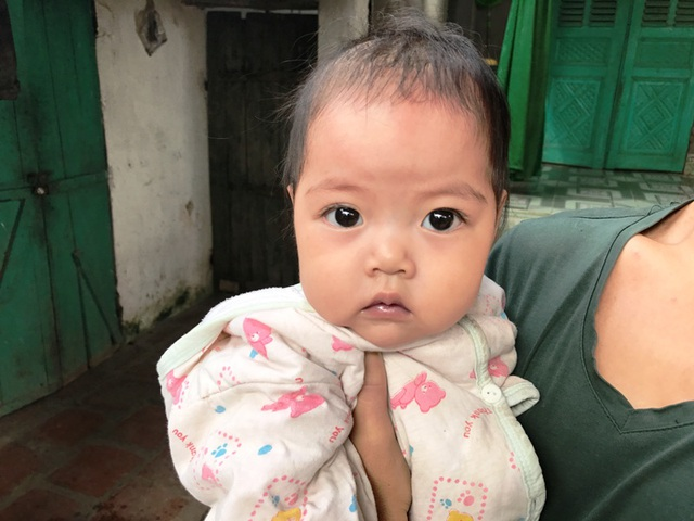 Cô bé có đôi mắt đen tròn này đang dần dần...rời xa bố mẹ vì gia đình mình quá nghèo