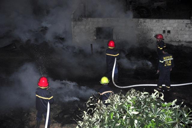 Lực lượng cứu hỏa của thị xã Hồng Lĩnh ở cách hàng chục cây số cũng được huy động để dập đám cháy.