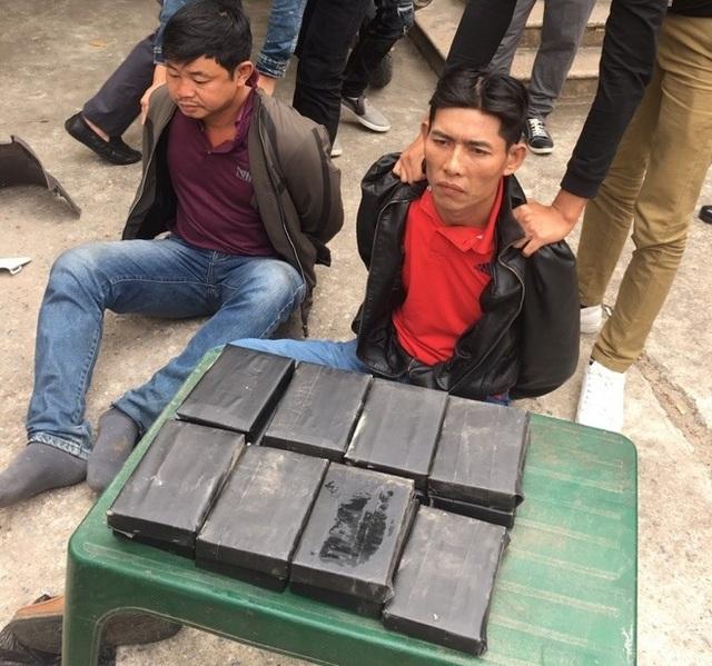 Đối tượng Võ Văn Ân và Lê Văn Hùng cùng tang vật 15 bánh heroin bị Công an tỉnh Bắc Ninh bắt giữ
