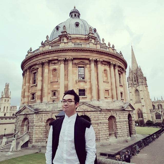Vũ Đỗ Khanh xuất sắc giành được suất học bổng thạc sĩ từ ĐH Harvard (Mỹ), ĐH Oxford (Anh Quốc) và ĐH Graduate Institute Geneva (Thụy Sĩ).