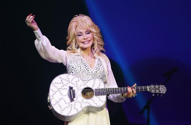 Giọng ca nổi tiếng thế giới - Dolly Parton thú nhận bà từng tự vẫn vì tình nhưng được chú cún cưng của gia đình giải cứu.